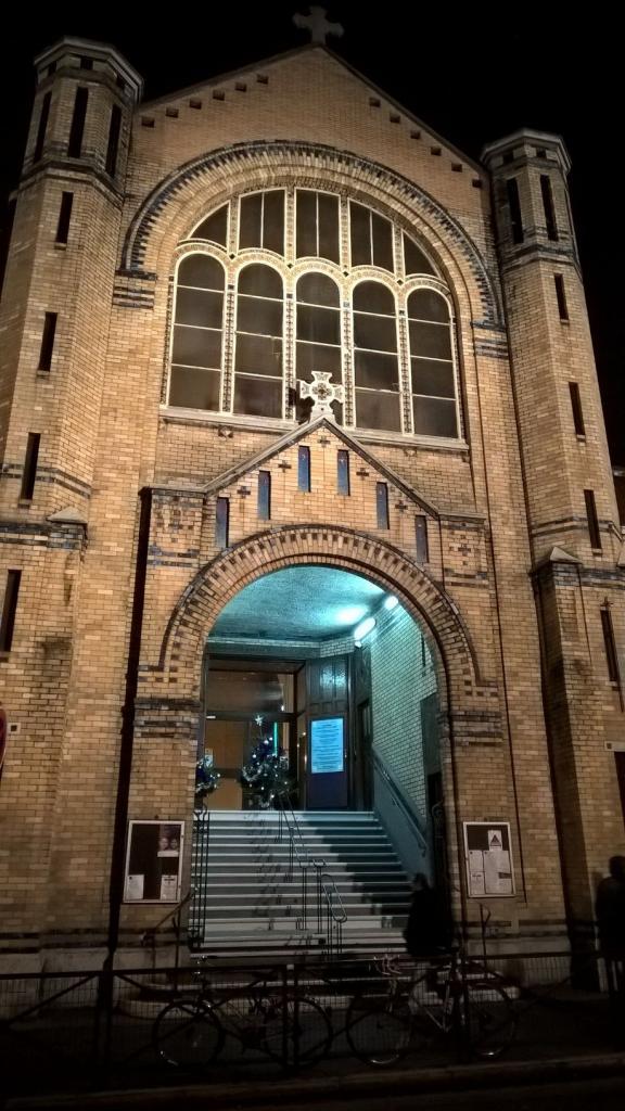 La façade de l'église illuminée